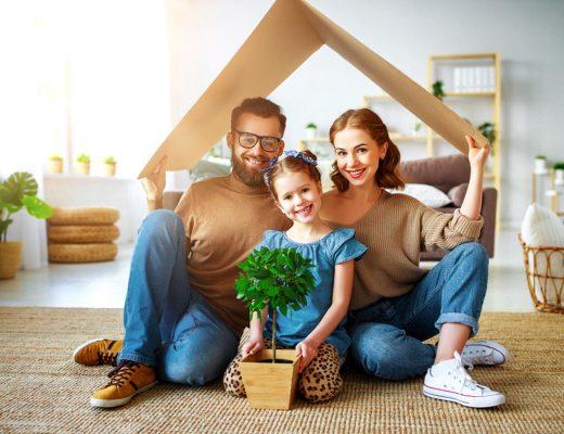 Familia feliz en su hogar