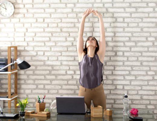 Mujer levantando los brazos