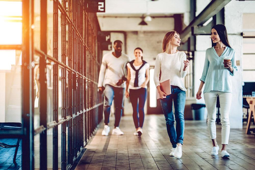 Personas caminando en su lugar de trabajo
