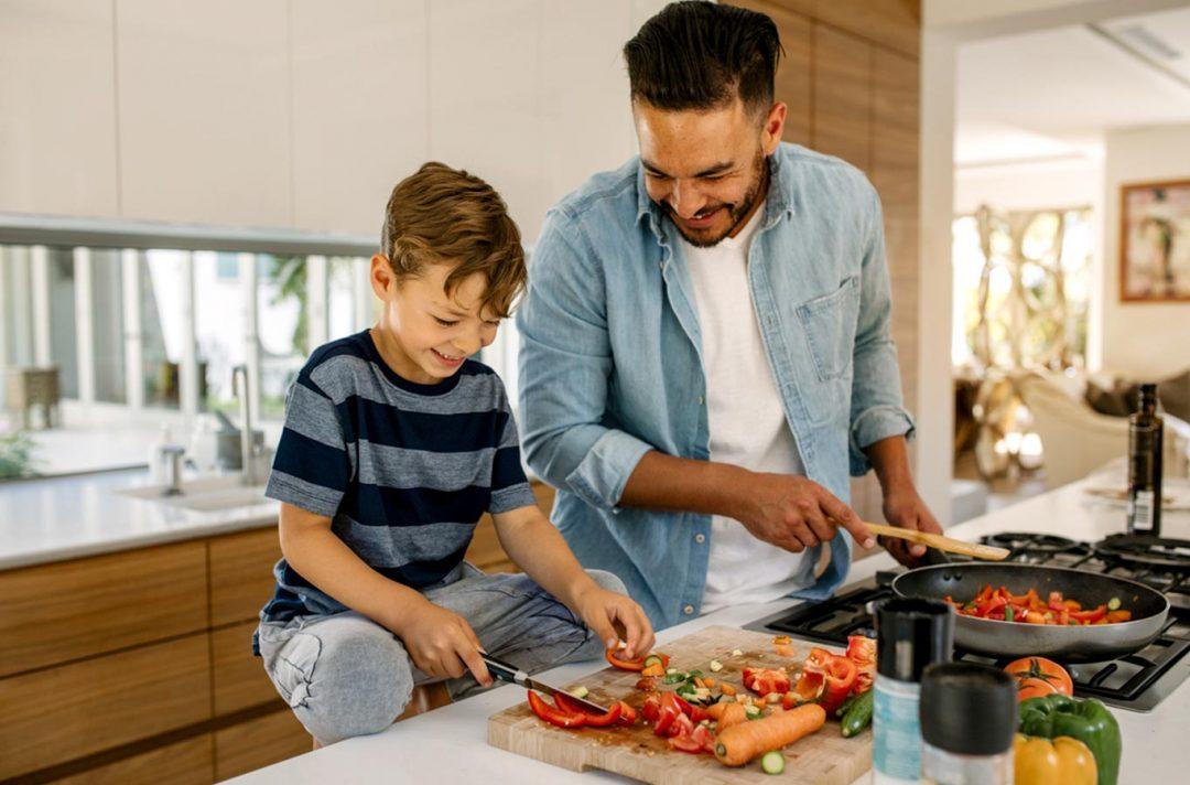 papá e hijo cocinando