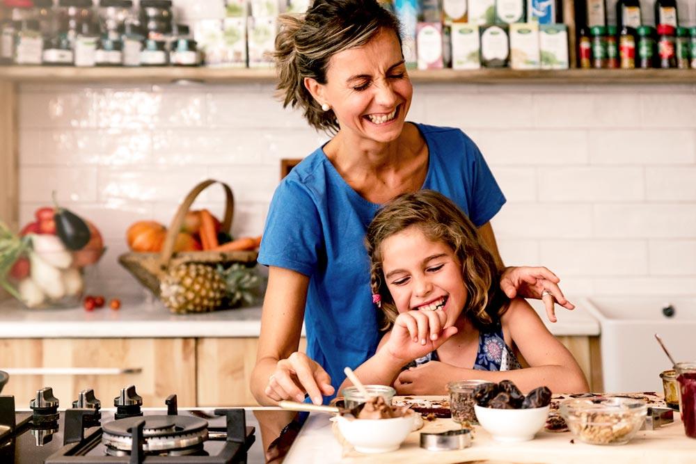 Mamá e hija cocinando felices