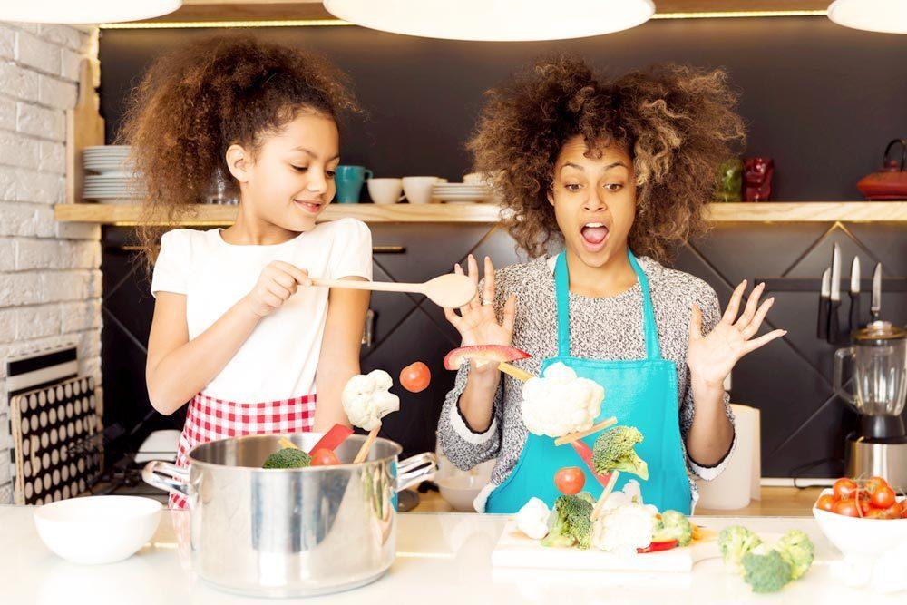 Mamá e hija preparando alimentos