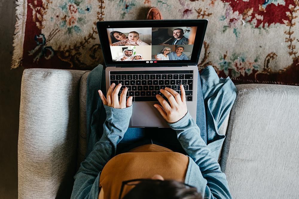 mujer-en-videollamada-con-familia