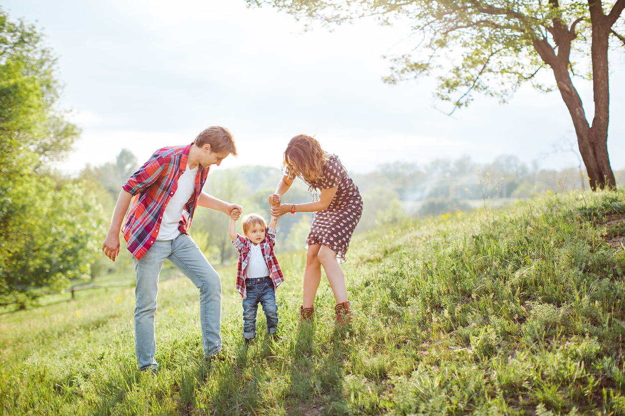 familia-feliz-en-zona-verde