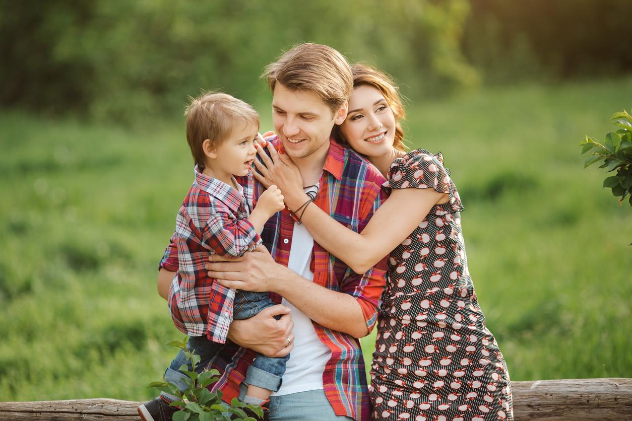 familia-feliz-jugando-en-el-campo