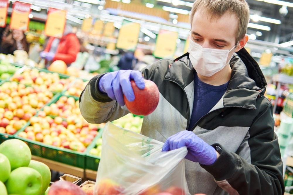 hombre-comprando-alimentos-con tapabocas