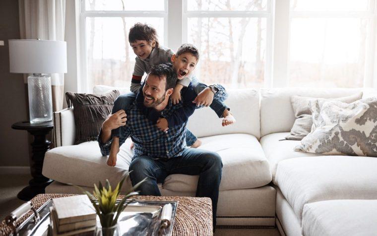 padre con hijos jugando