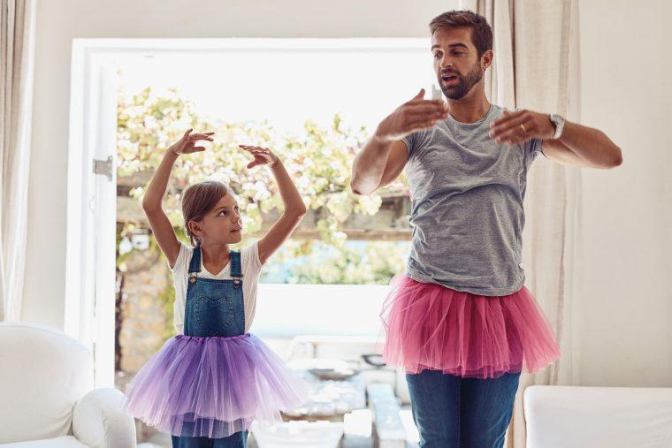 Padre e hija bailando