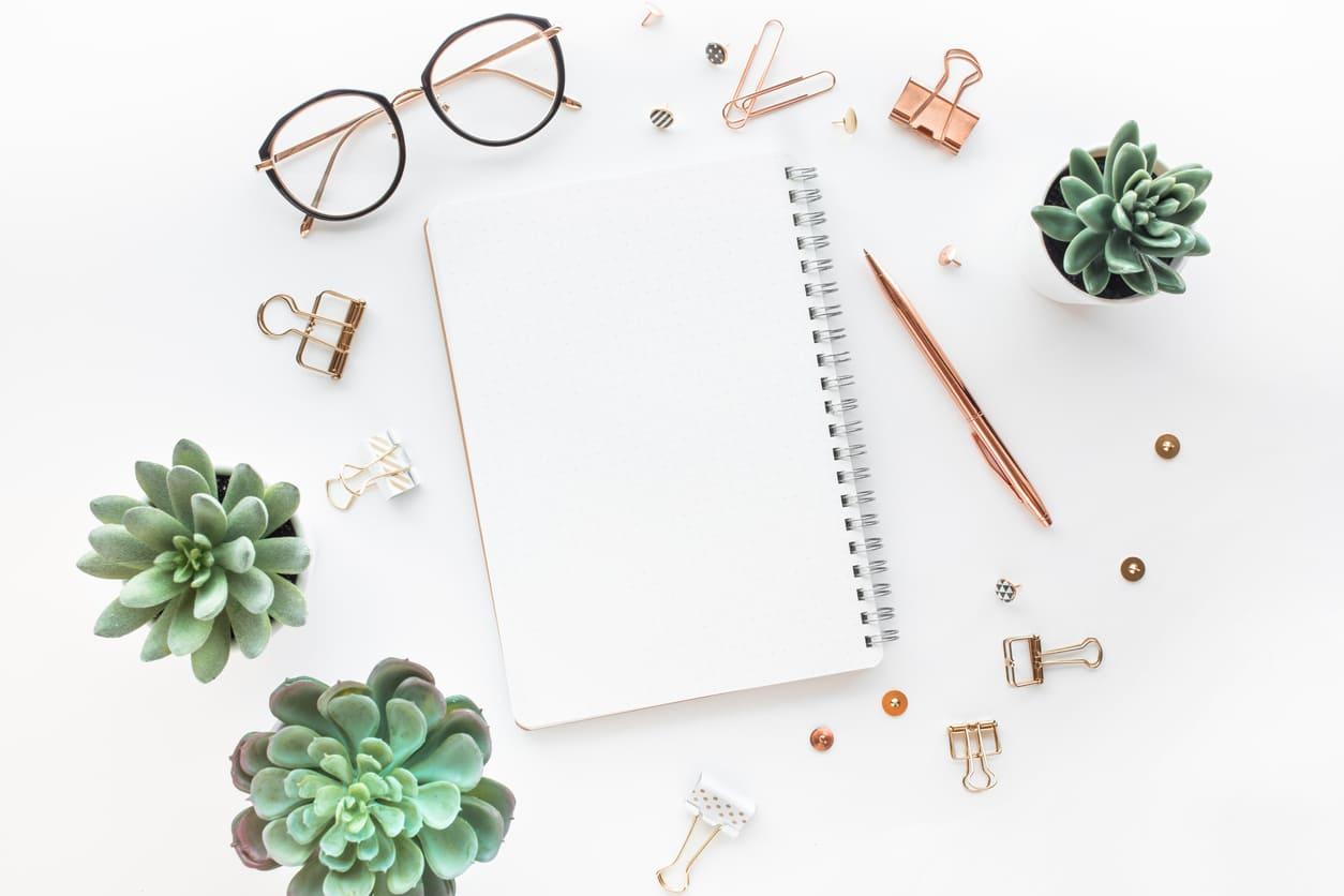 Composición elementos productividad: agenda, gafas