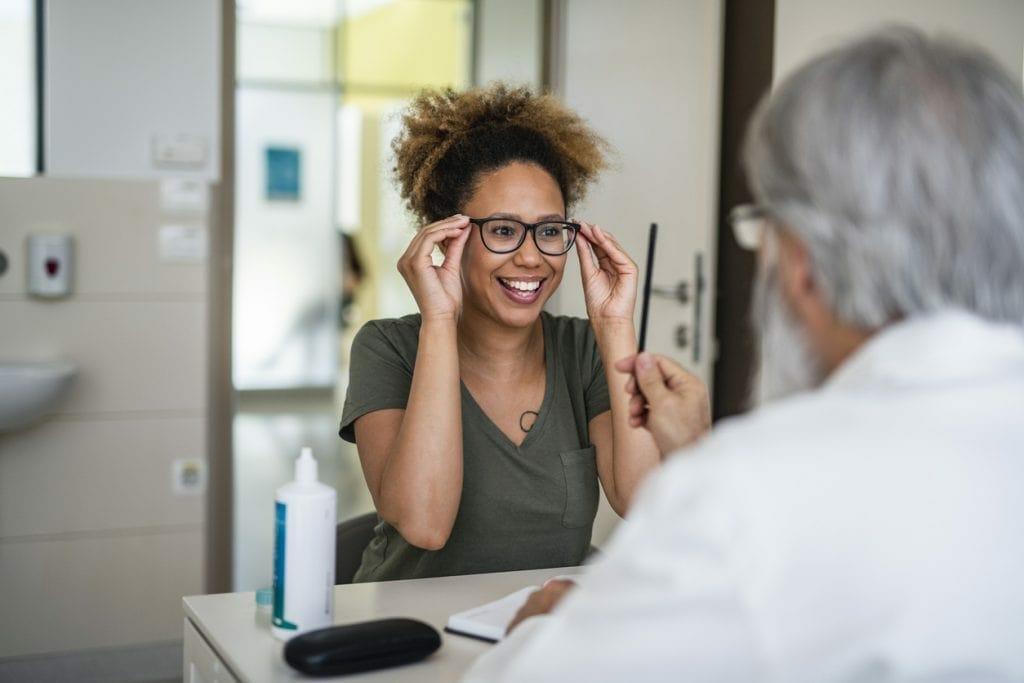 mujer en el oftalmólogo