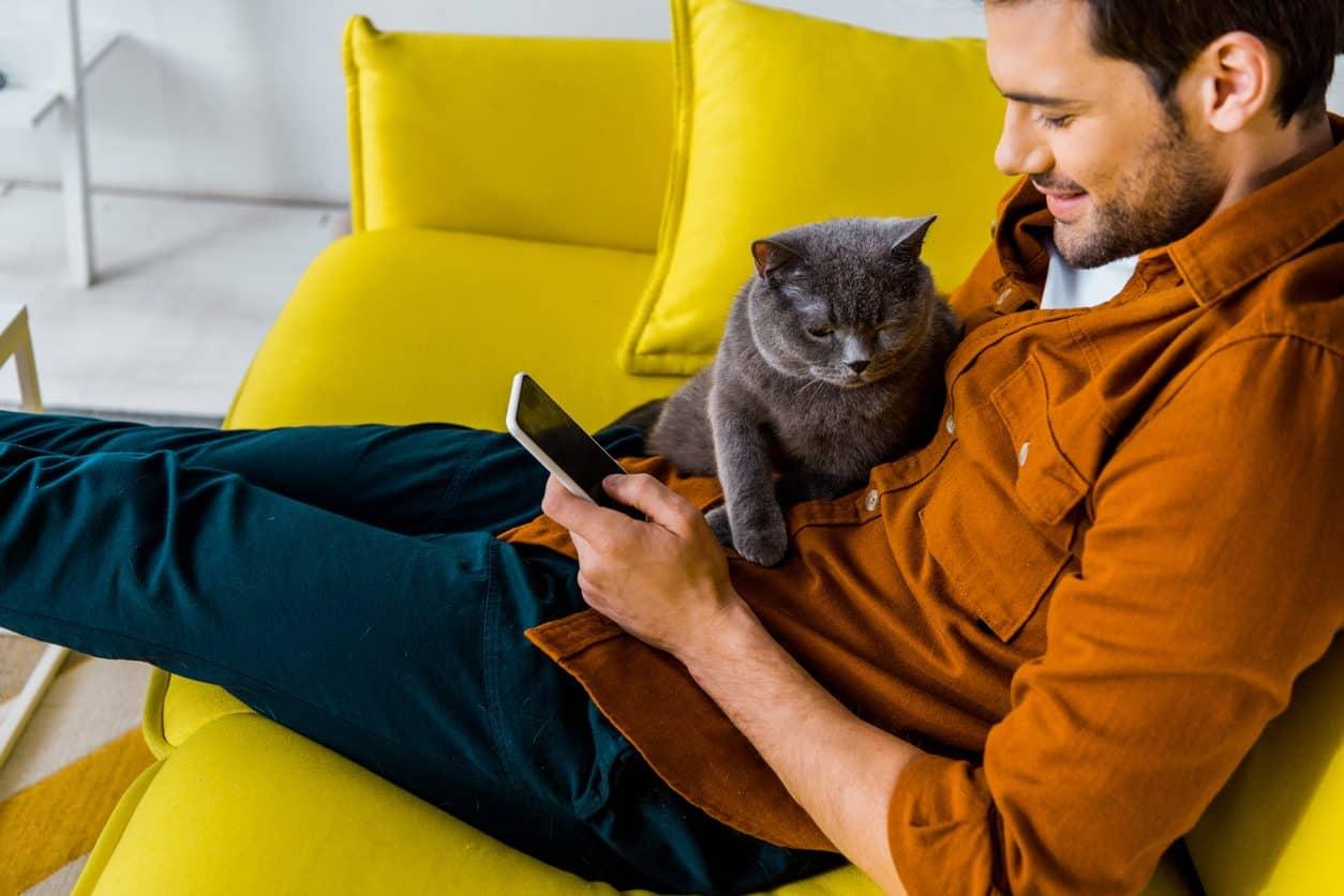 hombre-con-su-gato-mascota-en-casa