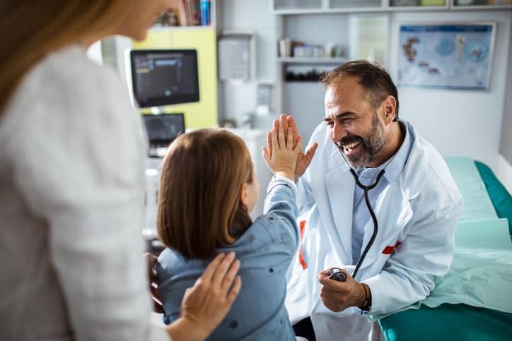 medico-en-eps-atendiendo-paciente