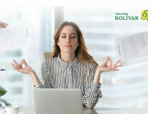 mujer-meditando-en-el-trabajo