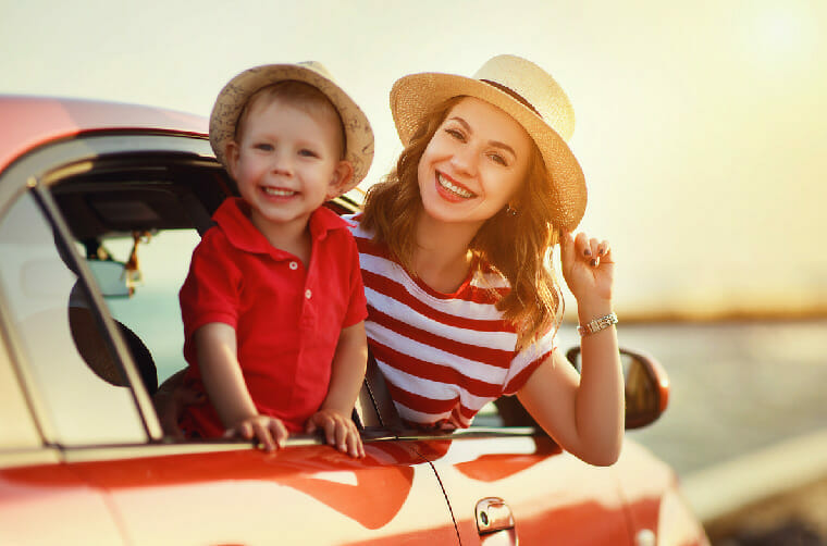 Madre e hijo en carro