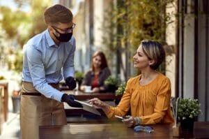 Mujer en restaurante en época de Covid