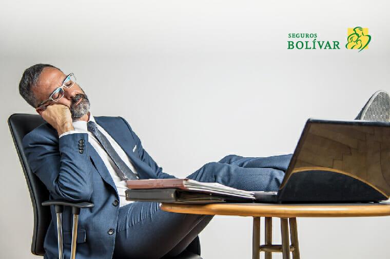 hombre tomando una siesta en la oficina