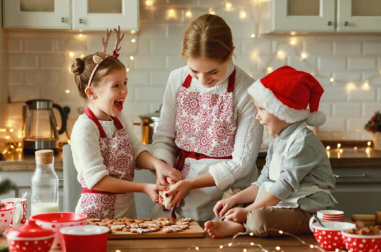 Familia preparando recetas de Navidad