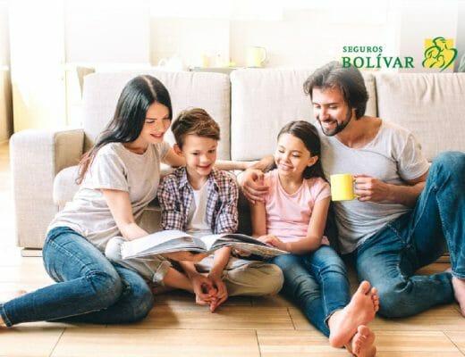 Familia lee junta actividades para hacer en casa