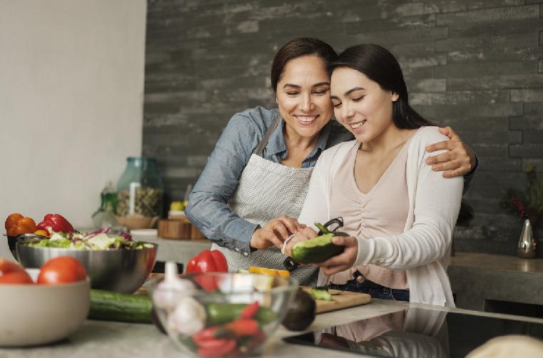 mamá cocina con hija